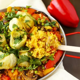 Vegan Paella - delicious vegan spanish rice, flavored with saffron and smoked paprika #mushroms #artichokes #peppers #paella #spanish #vegan #saffron #onepan #delicious
