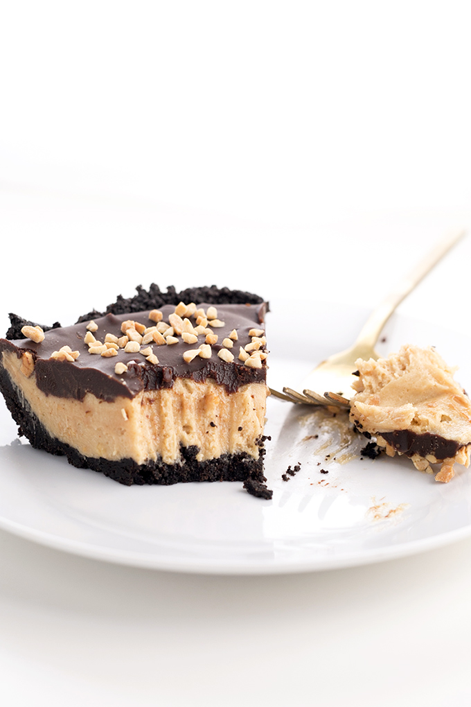 Vegan Oreo Peanut Butter Pie - sinful oreo crust, peanut butter mousse filling and chocolate ganache topping. #vegan #peanutbutter #mousse #oreo #pie #dessert