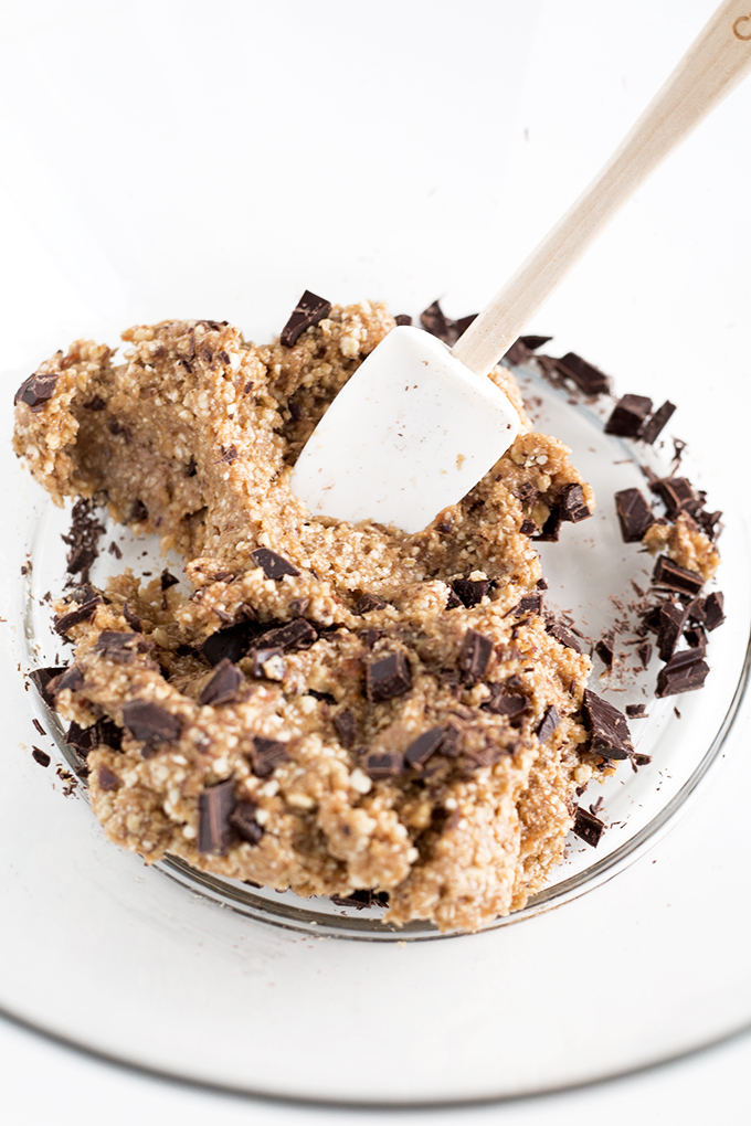 Delicious Vegan Chocolate Chip Cookie Dough Protein Bites - made in under 15 minutes with Dates, Cashews and Dark Chocolate. The perfect healthy snack! #VEGAN #ChocolateChipCookie #CookieDough #Healthy #Raw #recipes #simple