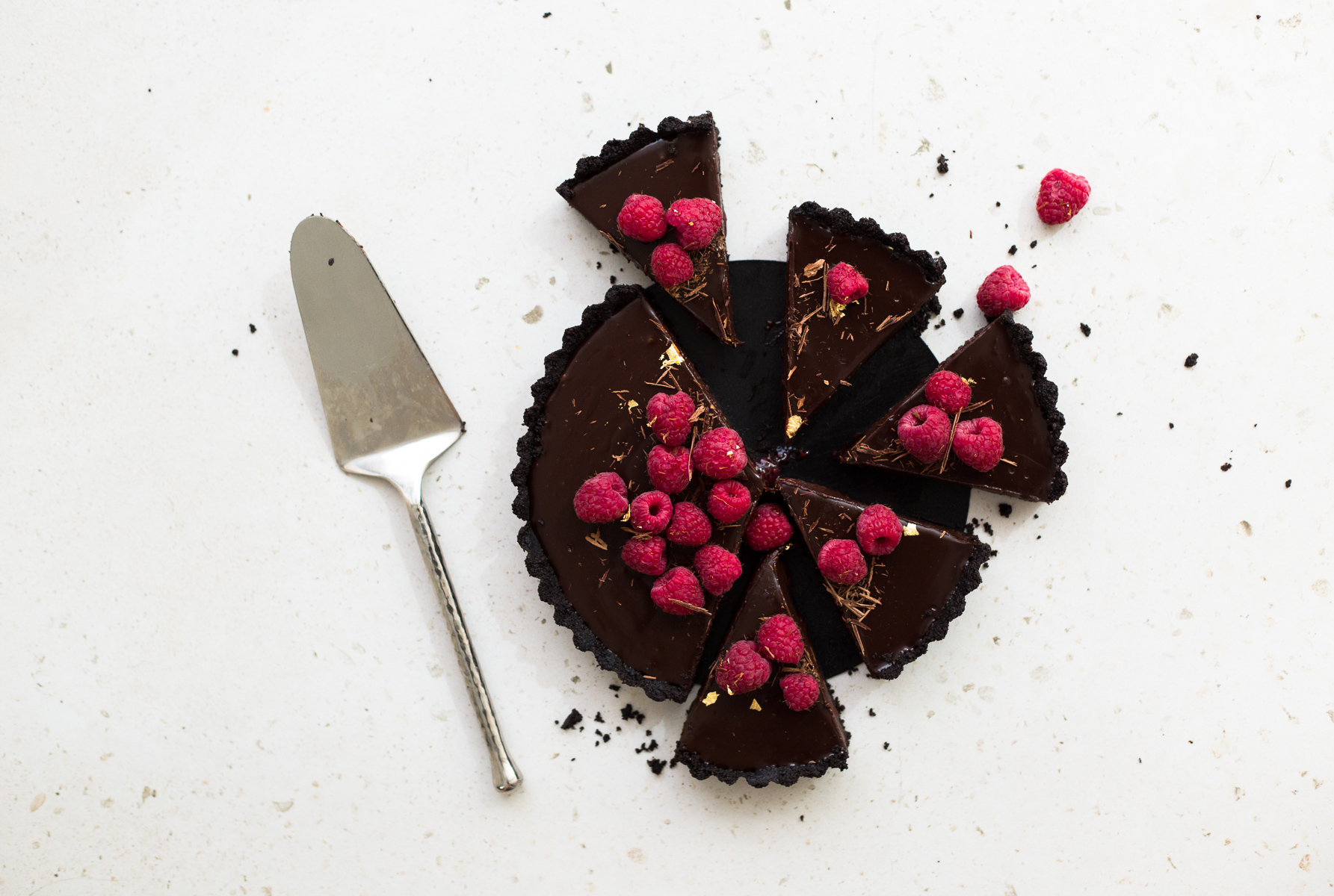 Wow your friends with this simple, delicious and quick Vegan Chocolate Ganache Tart recipe. Made in under 30 minutes and with only 6 ingredients! #chocolate #ganache #tart #simple #oreo #nobake #raspberry #nocook #chocolatetart #vegan #plantbased
