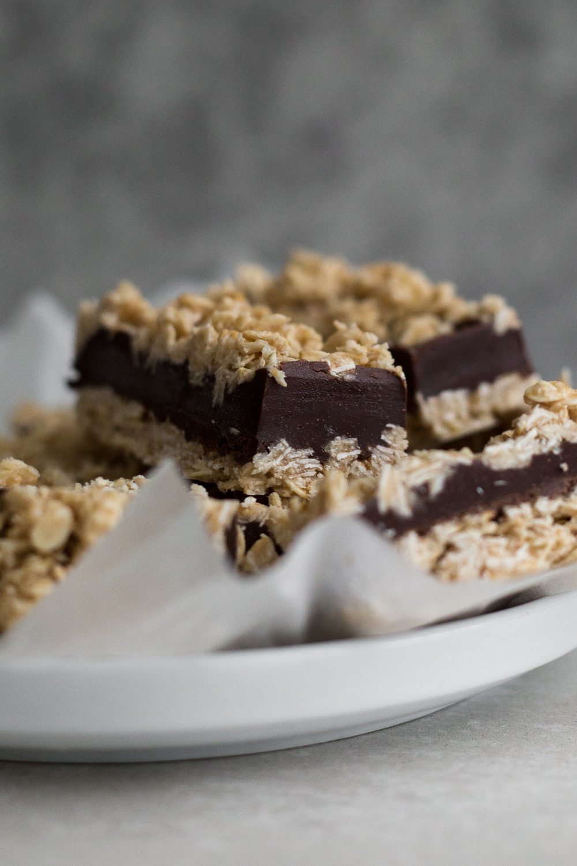 Delicious No-Bake Vegan Freezer Oatmeal Fudge Bars. Oatmeal Crust/Topping with a Chocolate Tahini Fudge Center. Ready in 1 hour. #vegan #oatmeal #fudge #chocolate #nobake #tahini #granola #bars #cookie #fudgebars #oatmealfudgebars #simple #freezer #healthy